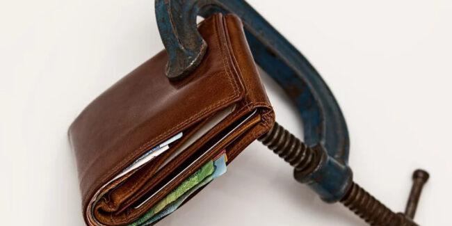 破産しないように財布の管理をしているイメージ
