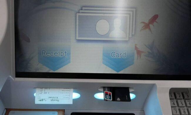 ATMからカードが出る